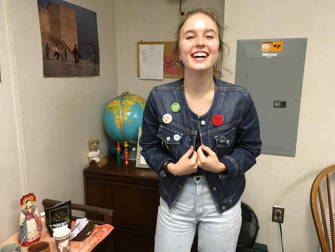 Junior+Elise+Parsons+decorates+her+jean+jacket+with+various+buttons.