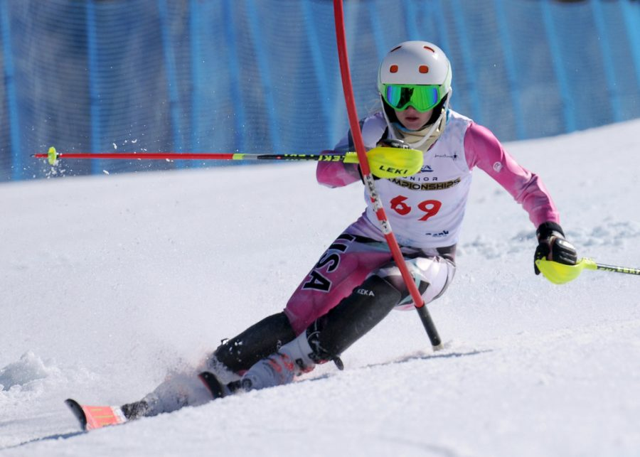 Senior+Bailey+Donovan+skis+down+a+course.+%22%E2%80%9CI+think+it%E2%80%99s+a+really+mentally+tough+sport%2C+but+also+physically%2C+it+incorporates+a+lot%2C%22+she+said.