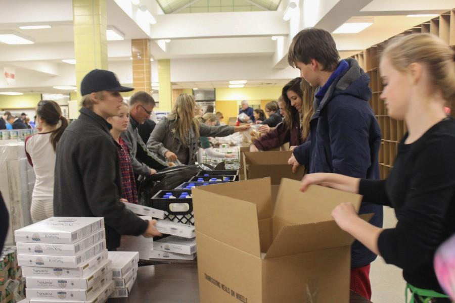 Student+volunteers+give+the+gift+of+a+Thanksgiving+meal+to+families+in+need
