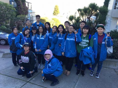 Students from Mingde pose together at the beginning of their SPA exchange trip.