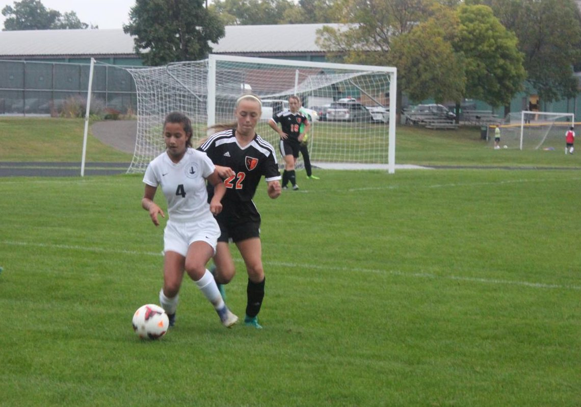 Isabel Medrano recieves pass from teammate.