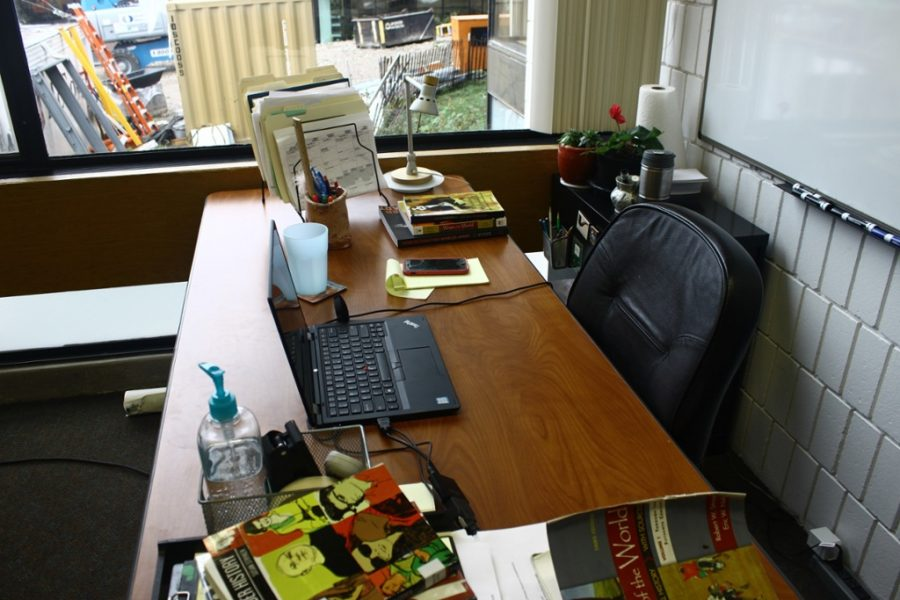 [WHAT'S ON MY DESK?] Moerer talks books and magnets
