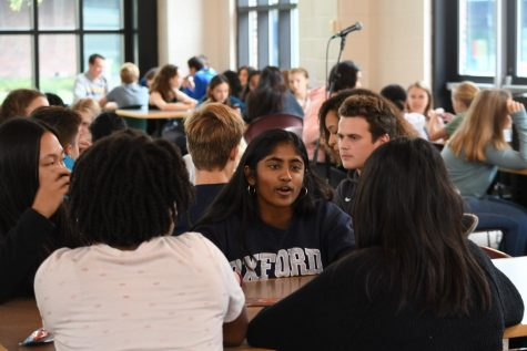 Rising seniors meet with college admission director to learn about college essays